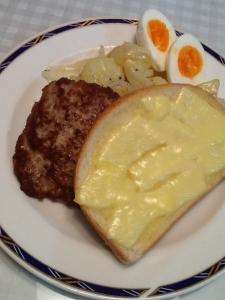 チーズパン ポテト ゆで卵 スクラップル添え