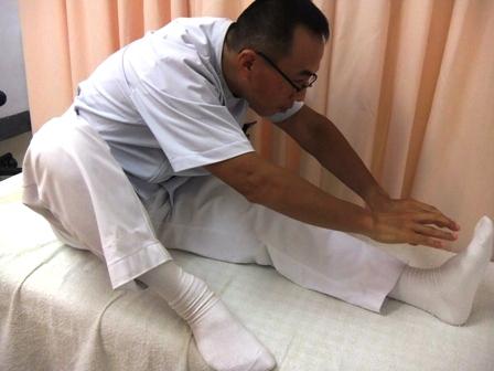 8.片足を伸ばし前に曲げる 左