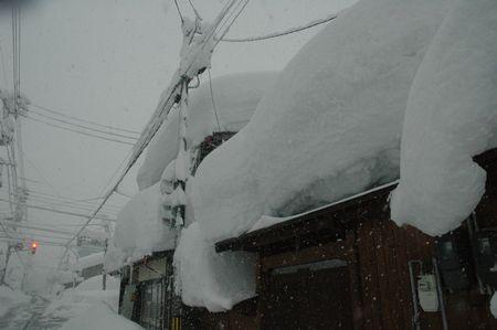 すごい屋根の雪