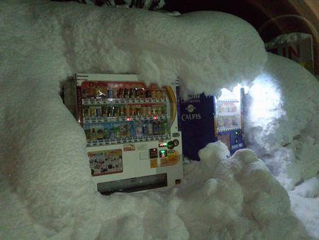 雪に埋もれた自販機