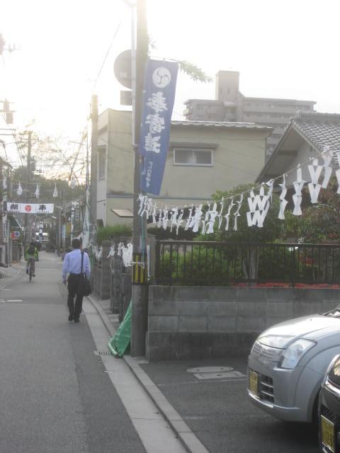 祭りの飾り付けの終わった町