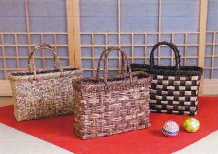 「樹皮で作る かごバッグ」展