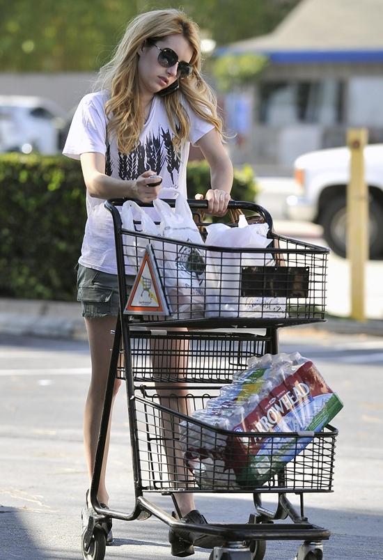 エマ・ロバーツ スーパーマーケットでお買い物♪