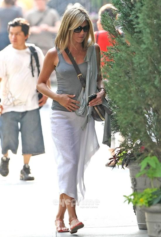 ジェニファー・アニストンのパンツまで透けて見えるスカート