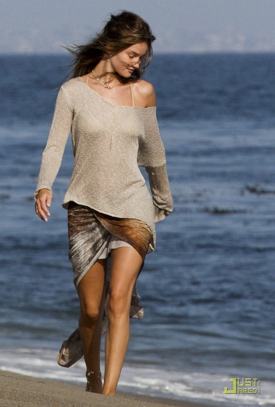 ロージー・ハンティントン・ホワイトレイ 恋人とビーチで散歩♪