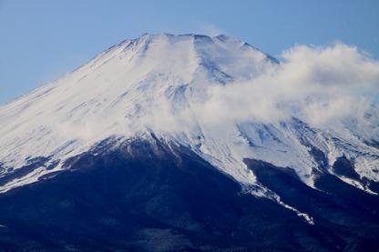 雲抱く富士