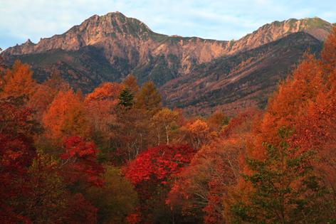 朝焼けの赤岳と紅葉