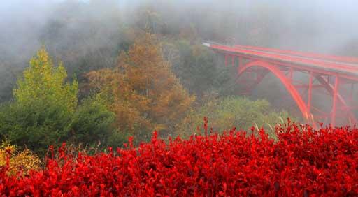 霧に霞む赤い橋