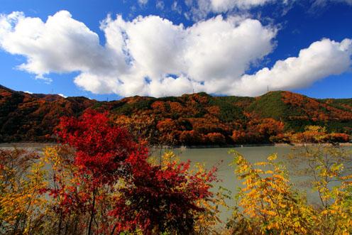三峰ダム湖の紅葉