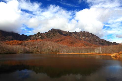 鏡池に映える雲わく戸隠山