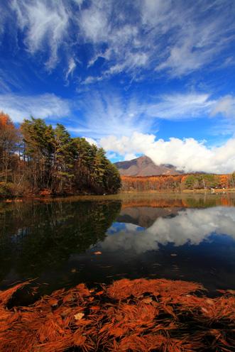 飯綱湖に映える飯綱山と雲