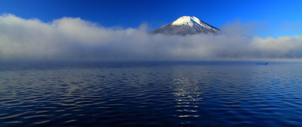 雲に浮かぶ霊峰富士
