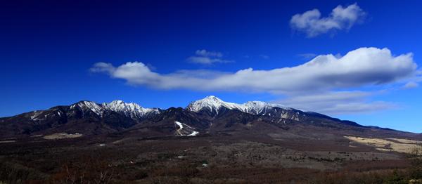 新雪の八ヶ岳と雲・平沢峠にて
