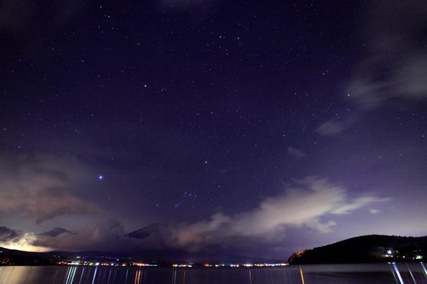 黎明の空に星と竜雲と富士山
