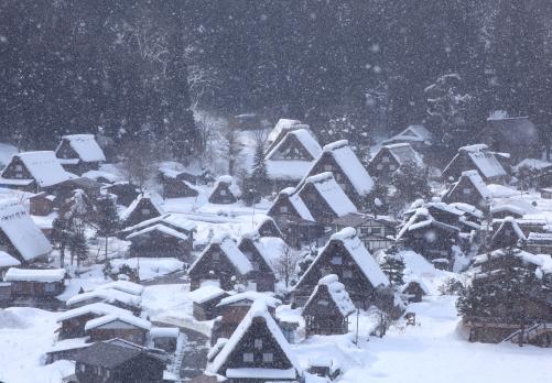 萩町展望台から降雪の白川郷合掌集落
