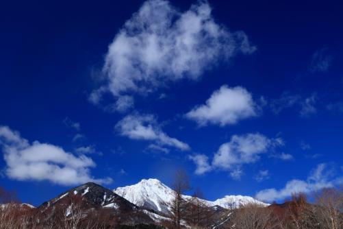 青空に雲の映える赤岳・横岳・三ツ頭山