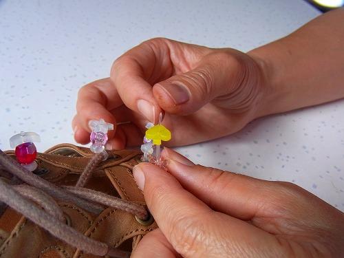 ビーズで飾ったプニョットアクセサリーの手づくりサンダル