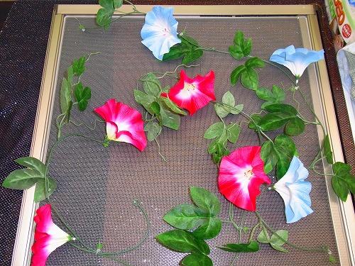 網戸に朝顔の造花を装着