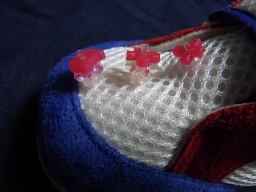 右足こども靴完成!赤のデコ目印を3個並べてみました。