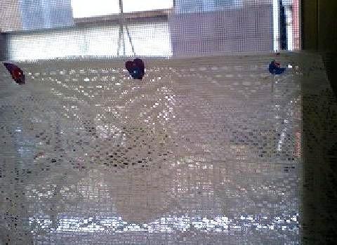 網戸にカーテンを張った画像