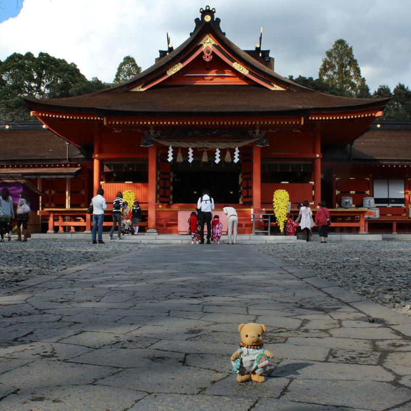 浅間大社拝殿前で