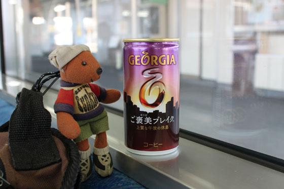 缶コーヒーとくまストラップ