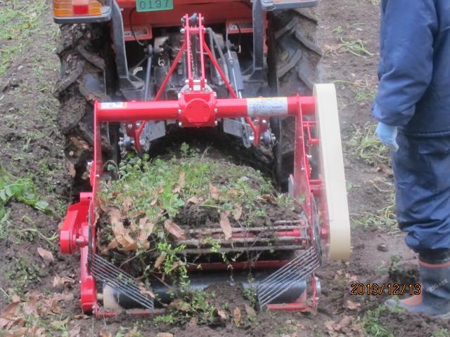 深く掘りすぎて土が上がった状態