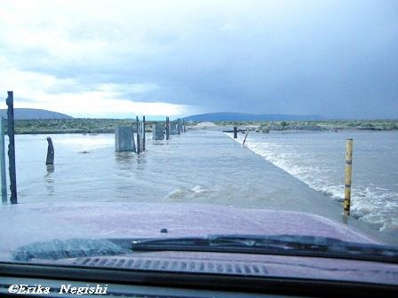 増水した川に掛かる橋