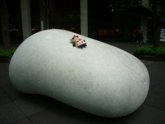 ばぶちゃん石に寝てみた