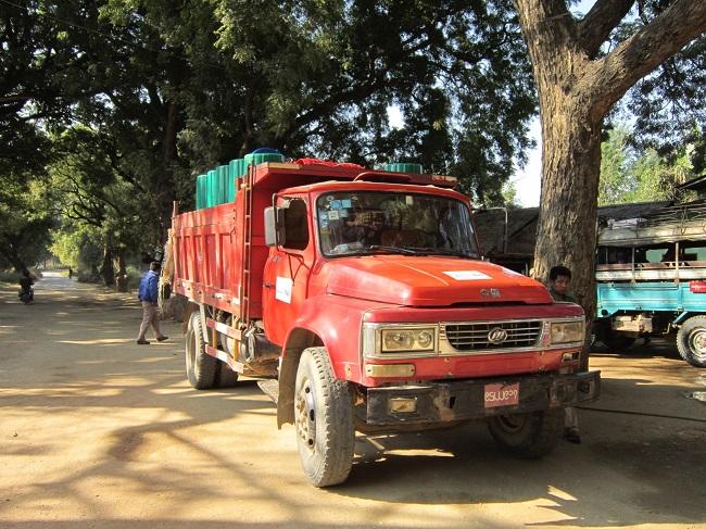 トラックを使って物資を現地まで運ぶ
