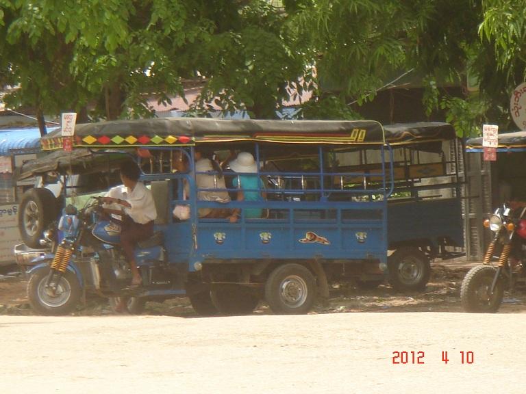 3輪の乗合タクシー