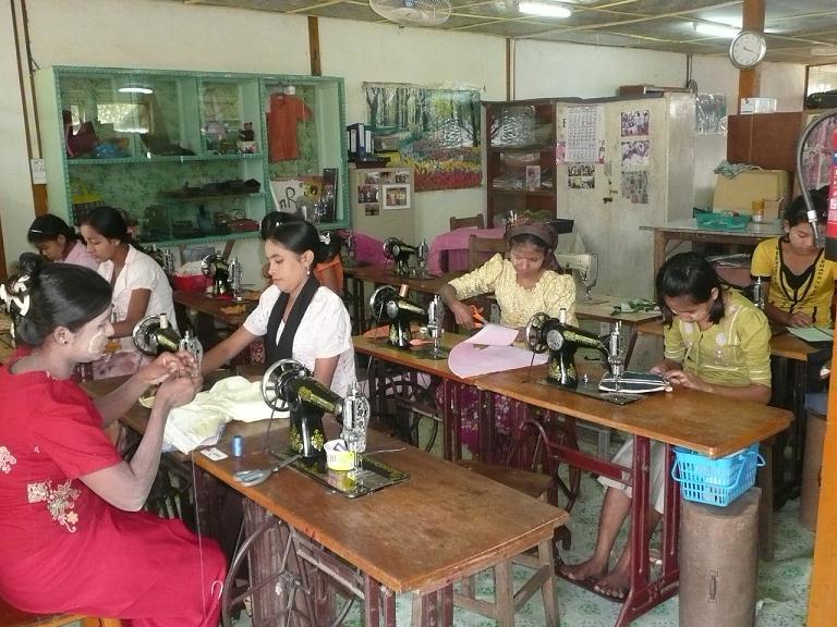 裁縫訓練用にすばらしい教材が届きました(写真2)