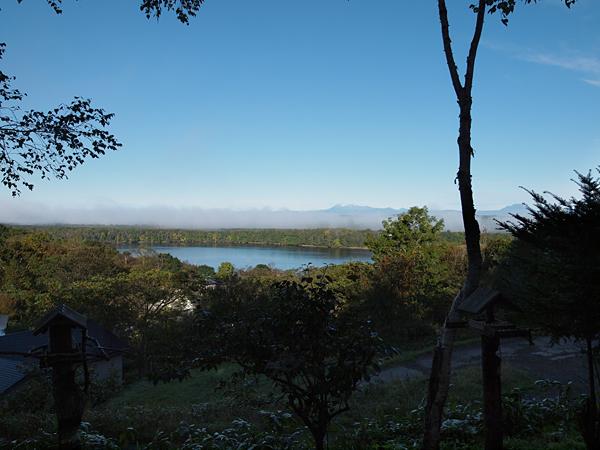 朝のシラルトロ湖