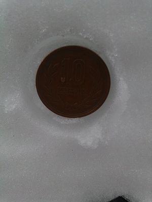 十円玉と比較してました