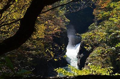 ダムの手前に滝が見える