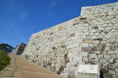 そびえたつ本丸石垣