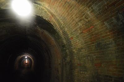 トンネルの中はレンガ