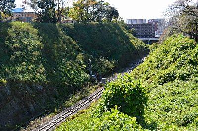 二の丸そばの空堀は線路に