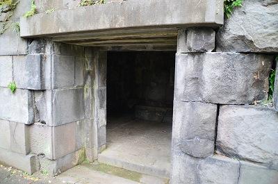 本丸土塁沿いにある石室