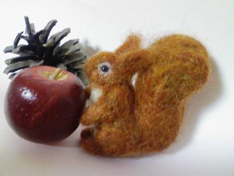 羊毛りすとマツボックリ