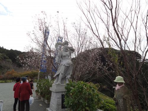 仁王像と桜