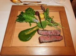 和牛ロースト 紫プチベール、黒、黄人参のグラッセ、リヤスカラシナ、ルッコラ、水菜添え、カラシ菜ソース、わさび風味