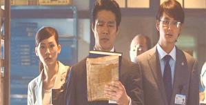 大坂夏の陣の真実の本を手に取る松平