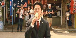 一人、アイスを食べている松平