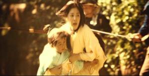 国松を連れて逃げる母・伊奈