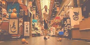 誰もいなくなった大阪の街で茫然とする鳥居忠子