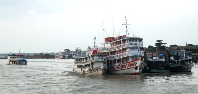 舟で囲まれてしまった水上給油ポスト