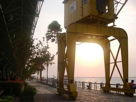 港に注ぐ夕陽