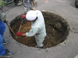 きれいに丸く掘っていきます