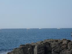 沖に出る船